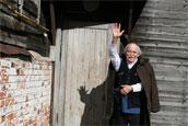 Виктор Иванов встречает гостей на крыльце своего дома в Исадах